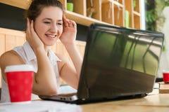 Lycklig kvinnaaffärsidé för online-konversation Arkivfoto