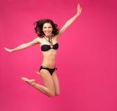 Lycklig kvinnabanhoppning i bikini Fotografering för Bildbyråer