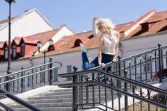 Lycklig kvinnabanhoppning i staden Arkivbilder