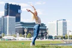 Lycklig kvinnabanhoppning i staden Arkivfoton