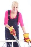 Lycklig kvinnacuttingtimmer med en handsaw Royaltyfri Bild