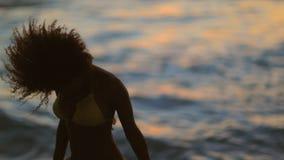 Lycklig kvinnadans, medan lyfta henne fingrar arkivfilmer