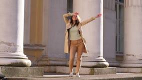 Lycklig kvinnadans på gatan stock video
