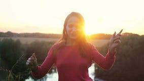 Lycklig kvinnadans utomhus i ultrarapid under solnedgång 1920x1080 lager videofilmer