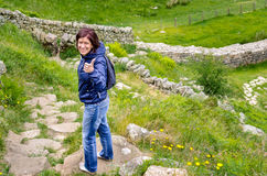 Lycklig kvinnafotvandrare arkivfoto