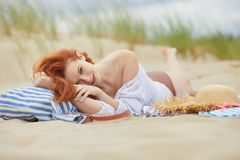 Lycklig kvinnaframsida på stranden Arkivbilder