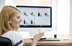 Lycklig kvinnainnehavkopp med kaffe i regeringsställning Arkivfoton