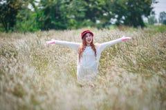 Lycklig kvinnakänsla för frihet Arkivfoto