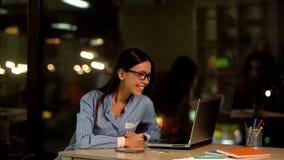 Lycklig kvinnal?sningemail p? kontorsb?rbara datorn, jobberbjudande, arbetsbefordran, framg?ng fotografering för bildbyråer