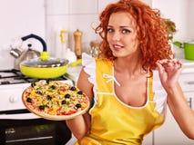 Lycklig kvinnamatlagningpizza Arkivbilder