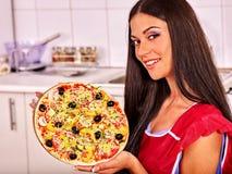 Lycklig kvinnamatlagningpizza Royaltyfri Bild
