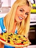 Lycklig kvinnamatlagningpizza Fotografering för Bildbyråer
