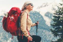 Lycklig kvinnaresande med rött fotvandra för ryggsäck arkivfoton