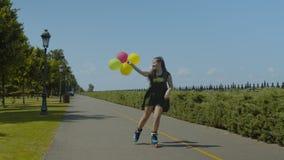 Lycklig kvinnarulle med ballonger som tycker om freeride