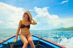 Lycklig kvinnasegling i fartyg på hennes sommarferier royaltyfri bild