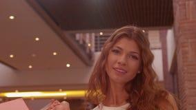 Lycklig kvinnashopping i gallerian stock video