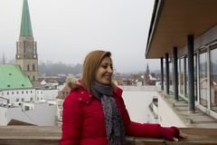 Lycklig kvinnastående i Bielefeld, Tyskland royaltyfri fotografi