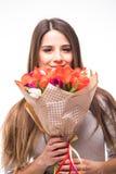 Lycklig kvinnastående med tulpan som isoleras på vit bakgrund 8 mars Royaltyfri Foto