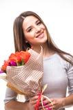 Lycklig kvinnastående med tulpan som isoleras på vit bakgrund 8 mars Royaltyfri Fotografi