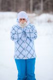 Lycklig kvinnastående med värme av fryste händer i vinter Royaltyfri Fotografi