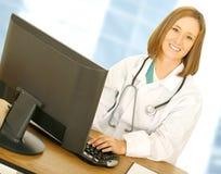 lycklig kvinnaworking för doktor Arkivfoton