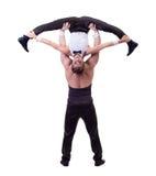 Lycklig kvinnlig akrobat som poserar med hennes partner Arkivfoton