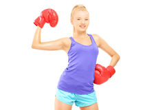 Lycklig kvinnlig boxare med rött posera för boxninghandskar Arkivbild