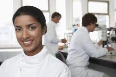 Lycklig kvinnlig forskare In Laboratory Royaltyfri Foto