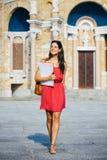 Lycklig kvinnlig högskolestudent på universitetet arkivbild