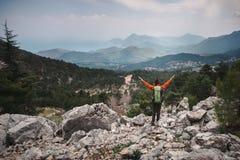 Lycklig kvinnlig handelsresande som har hennes ögonblick i bergen i turk Royaltyfri Fotografi