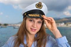 Lycklig kvinnlig kapten med sjömanlocket arkivbilder