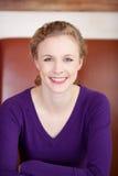 Lycklig kvinnlig kund i kafé fotografering för bildbyråer