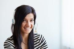 Lycklig kvinnlig operatör för telefon för kundservice Arkivfoton