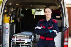 Lycklig kvinnlig person med paramedicinsk utbildning Arkivfoto