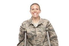 Lycklig kvinnlig pilot på kryckor Arkivfoto