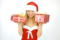 Lycklig kvinnlig Santa Claus med gåvan för jul Arkivbilder