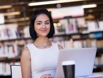 Lycklig kvinnlig student på arkivet arkivfoton
