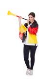 Lycklig kvinnlig tysk supporter som blåser Vuvuzela Arkivfoto