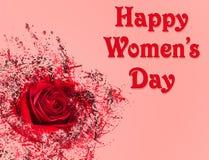 Lycklig kvinnors dagbakgrund med den röda rosen Arkivfoto