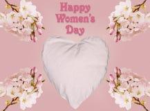 Lycklig kvinnors dagbakgrund med hjärta och blomningar Royaltyfri Foto