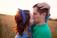 lycklig kyssande förälskelse för par Royaltyfri Bild