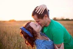 lycklig kyssande förälskelse för par Arkivbild