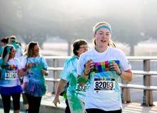 Lycklig löpare under loppet för South Bend indiana färgkörning 5k Fotografering för Bildbyråer