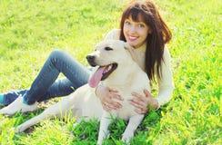 Lycklig labrador retriever hund och le ägarekvinnan Royaltyfri Foto
