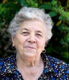 lycklig ladyståendepensionär royaltyfri fotografi