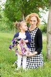 Lycklig landsmoder och dotter arkivbild