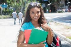 Lycklig latin - amerikansk kvinnlig student royaltyfri bild