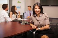 Lycklig latinamerikansk advokat på arbete fotografering för bildbyråer