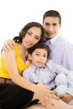 Lycklig latinamerikansk familjstående som tillsammans ler Royaltyfri Fotografi