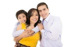 Lycklig latinamerikansk familjstående som tillsammans ler Royaltyfria Foton